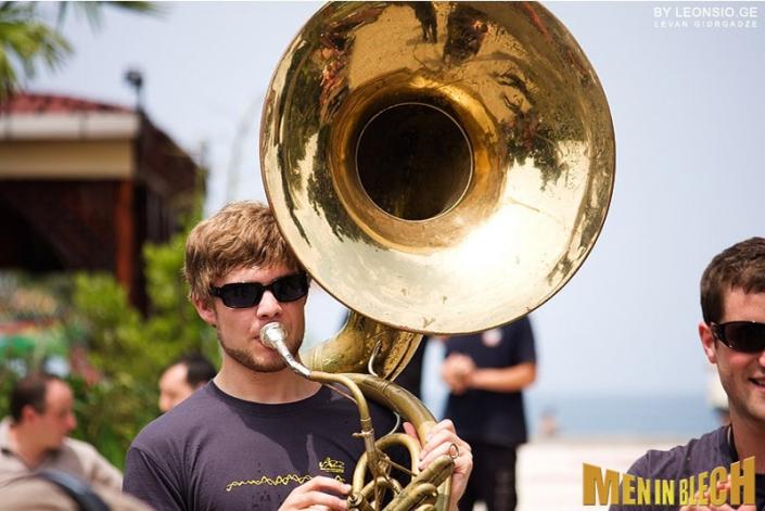 mobile-band-walking-act-blaskapelle-stadtfest-festival